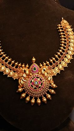 Gold Temple Jewellery, Gold Wedding Jewelry, Bridal Jewelry Sets, Gold Jewelry, Jewelry Design Earrings, Gold Earrings Designs, Indian Jewelry Sets, Short Necklace, Gold Necklace