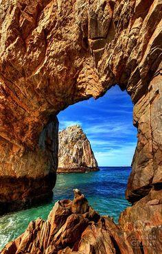 Si buscas más experiencias playeras, no te pierdas de conocer #LosCabos. Se encuentran en la península de Baja California, donde verás la imponente formación de piedra conocida como El Arco que, al bajar la marea, descubre a la famosísima #Playa del Amor. #Tourism #Viajes #WellnessTourism