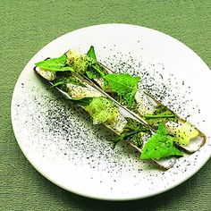 Couteaux aux herbes de prés salés et pulpe d'olive verte, Une recette des chefs Inaki Aïzpitarte et Guillaume Rouxel du restaurant Le Dauphi...