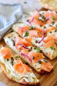 This Smoked Salmon Pizza is incredibly easy to make Use store bought pizza crust flatbread or naan bread Serve as an appetizer or light meal easyappetizer healthyappetizer pizza lox smokedsalmon appetizerforacrowd Smoked Salmon Pizza, Smoked Salmon Recipes, Smoked Salmon Breakfast, Smoked Salmon Appetizer, Salmon Lox, Breakfast Pizza, Healthy Appetizers, Appetizer Recipes, Seafood Appetizers
