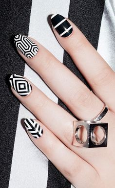 Graphic geo nails. Nailart Hard to copy, black and white nailwear. Gorgeous style.