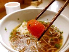 신사동 가로수길 미미명가 소바 안에 들어가있는 토마토. 달짝지근한것이 특이한 맛이다.