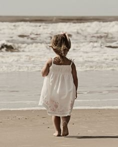 children in white by the ocean, always remind me of my daughter Precious Children, Beautiful Children, Cute Kids, Cute Babies, Photo Portrait, Foto Baby, Shooting Photo, Jolie Photo, Baby Love