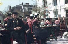 Staphorst. Een groep mensen uit Staphorst zitten wat te drinken op een terrasje ergens in een grote stad. #Overijssel #Staphorst