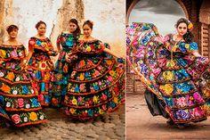"""Chiapas..Al pensar en el traje más típico de este estado inmediatamente podemos imaginar enormes flores y colores llamativos. La """"chiapaneca"""" como comúnmente se le conoce, se caracteriza por tener colores oscuros en las telas de los vestidos, de manera que los adornos y estampados logren causar mucho impacto debido al contraste que se logra provocar. Un aspecto muy destacable de este tipo de vestimenta es el hilo que se utiliza para los bordados, pues se llega a emplear hilo de seda, el cual"""
