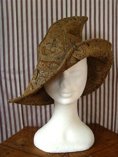 Witch hat in mustard color and damask fabric. The hat is very nice to wear on the bias. The fabric is suitable for any season. This hat recalls, and is