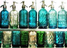 Botellas azules y verdes