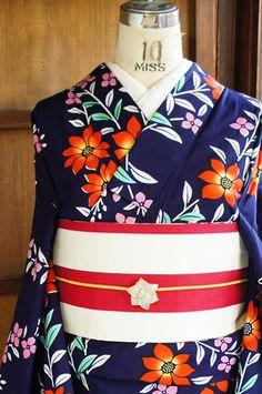 濃紺地に、イングリッシュガーデンに咲くお花のような可憐で愛らしい花枝模様が染め出された注染レトロ浴衣です。