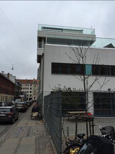 Her er endnu et billede af et af de mange flotte ny modernistiske bygninger i Vesterbro. Det huser de mere velhavende vesterbroere, som gerne vil have større og flottere boliger.