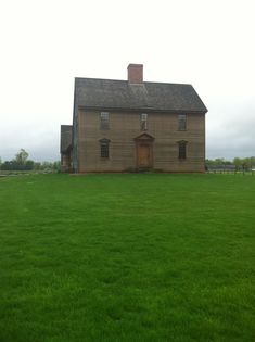 1750 reproduction saltbox by Sunderland Homes. My absolute favorite of my father's homes. Early American Homes, American Houses, Saltbox Houses, Old Farm Houses, Sunderland, Different House Styles, Fairytale Cottage, Charming House, Primitive Homes