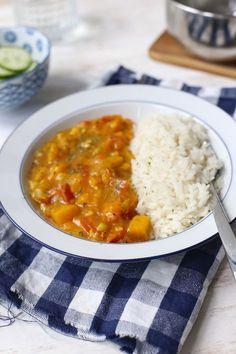 Pompoencurry (2p): 400 gr pompoenblokjes / 1 ui / 1 teen knoflook / 1 tomaat / 1 paprika / 1 tl kerrie / snufje komijn / 150 ml bouillon / 100 ml kookroom of kokosmelk + rijst