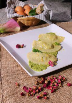 Ravioli allo zenzero ripieni di patate, formaggio e menta su crema di zucchine. http://www.spadellatissima.com/2014/03/ravioli-allo-zenzero-ripieni-di-patate.html