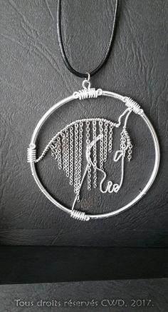 Bijoux : Pendentif « Cheval Têtu » - Réalisation [ Fait-Main ] avec du fil d'aluminium (Aluminum wire), des perles métalliques, des chaînes en acier. / Ref. : Pendentif_Cheval-Tetu_2a_opt.