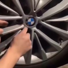 These floating wheel center caps retains their correct orientation when the vehicle is stationary or moving at slow speed. The center caps automatically latches on the wheel to spin at the same speed Auto Gif, Diy Auto, Cb 500, Cute Car Accessories, Bmw Autos, Rims For Cars, Car Gadgets, Car Tools, Cool Inventions