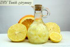 Tonik cytrynowy na bazie alkoholu Cytrynę pokroić na plasterki zalać 40% alkoholem odstawić w ciemne miejsce na tydzień. Tonik przecedzić, można rozcieńczyć wodą przegotowaną.  Tonik cytrynowy na bazie wody Świeżo wyciśnięty sok z cytryny rozcieńczyć pół na pół wodą lub roztworem kwasu cytrynowego. Tonik stosuje się do rozjaśniania przebarwień i piegów.