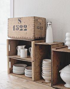 wit servies - hout - kistje - crates - crockery - plates - white - storage