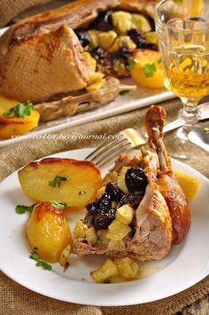 Вот, вроде бы, простое деревенское блюдо…да-да, реально, деревенское, так как во время забоя уток, хозяйки запекают уток примерно таким образом. Но несмотря на это, какое же оно праздничное и изысканное! Сочетание мяса утки с фруктами – нереально вкусное, а тем, кто ещё хочет сытного…