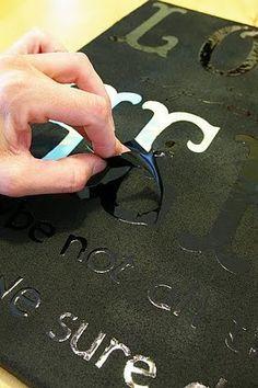 einen alten Spiegel mit Sticker (Buchstaben) bekleben und anschließend mit farbe übermalen , nach dem trocknen die Sticker abziehen