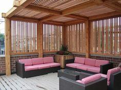 Oder so: Hier überzeugen die dünnen lichtdurchlässigen Holzstreben, schön auch der Kontrast der rosafarbenen Sitzkissen