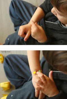 Quandofuoripiove: I braccialetti fai-fai-da-te (che il piccoletto fa-da-sé!)