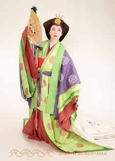 A woman dressed in junihitoe at a kimono photography experience. #heian #heiankyo #junihitoe