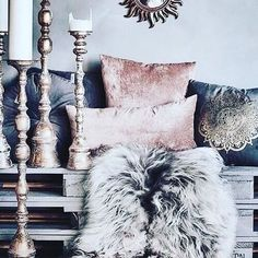 Rustic Glam is a home decor design style which I love. It has a combination of both grittiness and elegance. The blending of design elements is beautiful! Boho Glam Home, Chandeliers, Pergola Designs, Living Room Grey, Bottle Crafts, Decor Interior Design, Interior Office, Modern Interior, Diy Wall