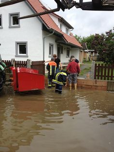 Anwohner versuchen in Lanzendorf mit Hilfe der Freiwilligen Feuerwehr die Grunstücke vor den Wassermassen zu schützen (2)