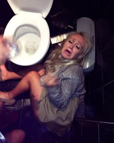 These epic fail drunk girls confirm that girls gone wild and crazy after drinking too much. Check out funny drunk girls enjoying the party. - Page 6 of 18 Drunk College Girls, Drunk Girls, College Life, Drunk Pictures, Party Pictures, Fail Pictures, Healthy Party Snacks, Drunk Party, Drunk Humor