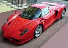Ferrari P4/5 Podczas testów na torze w Nardo osiągnięto prędkość 355 km/h, jeśli jednak taka prędkość nie zadowalała właściciela, mógł bez trudu zakupić zmodyfikowaną, lżejszą o 200 kilogramów wersję Ferrari P4/5, która była w stanie osiągnąć 362 kilometry na godzinę. Produkcja modelu została zawieszona w 2004 roku. Od tego czasu cena Enzo rośnie, gdy kolejny nieuważny kierowca kasuje jeden z unikalnych egzemplarzy.