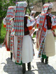 Get to know the invaluable Hungarian folk costumes Hungarian Embroidery, Folk Embroidery, Learn Embroidery, Shirt Embroidery, Embroidery Patterns, Girls Wear, Women Wear, Folk Clothing, Arte Popular