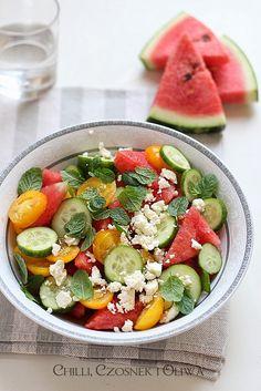 Nie ma nic lepszego w upalny dzień niż kawałek soczystego arbuza. A co powiecie na sałatkę z arbuza? I nie mam na myśli sałatki owocowej, lecz taką z dodatkiem pomidorów, ogórków, fety i mięty. Zdziwieni? Niepotrzebnie, bo nie ma lepszej sałatki na upalny dzień. Koniecznie spróbujcie!