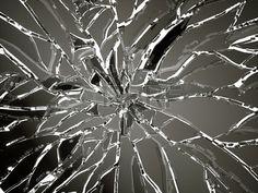 白の解体や粉々 に砕けたガラスの破片. 写真素材 - 29570099