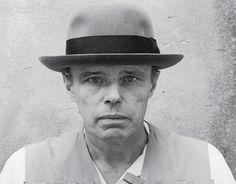 Joseph Beuys. Un hombre de acción que hizo estallar los sentidos de espectadores y artistas de su época y que su eco se mantiene aún vigente y revelador en el presente.  Heredero de los principios del arte objetual de Marcel Duchamp y del dadaísmo, fue un artista siempre atento al clima político de la Europa de los años 60 y 70.