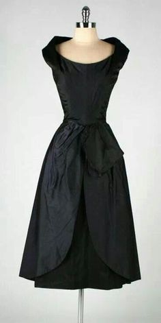 Vintage Dress Ceil Chapman - Ugh, I love the structure! Moda Vintage, Vintage Mode, Vintage Wear, Vintage Glamour, Vintage Dresses, Vintage Outfits, Vintage Style, 1950s Dresses, Vintage Black