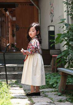 Korean Traditional Dress, Traditional Fashion, Traditional Dresses, Korean Dress, Korean Outfits, Party Fashion, Kids Fashion, Modern Hanbok, Korean Design