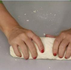 Το μυστικό της επιτυχίας του σπιτικού φύλλου κρύβεται στη ζύμη. Πρέπει να είναι πολύ μαλακή και να κολλάει ελάχιστα στα δάχτυλα. Η Ελένη Ψυχούλη μας δείχνει βήμα - βήμα πώς να ανοίξουμε σπιτικό φύλλο. Pastry Recipes, Bread Recipes, Cooking Recipes, Banana Bread Easy Moist, Filo Pastry, Calzone, Backyard Bbq, Food Processor Recipes, Food And Drink