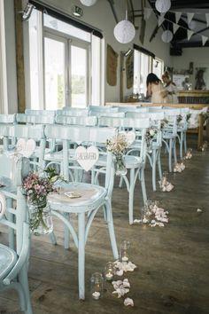 Leuke opzet voor je ceremonie met deze frisse stoelen!