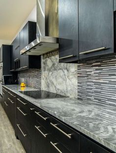 Super white marble countertops with dark cabinets and tile backsplash Marble Floor Kitchen, White Marble Kitchen, Granite Kitchen, Kitchen Flooring, Kitchen Countertops, Kitchen Backsplash, Kitchen Cabinets, Backsplash With Dark Cabinets, Marble Countertops