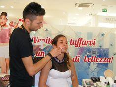 Il candidato Bevilacqua Antonio impegnato nel realizzare il maquillage alla sua modella!