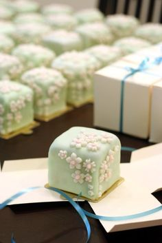 Pale green petits fours Japanese Sweets, Japanese Wagashi, Japanese Candy, Japanese Food, Mini Cakes, Cupcake Cakes, Cake Cookies, Fruit Cakes, Wedding Favours