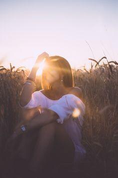 5 Astonishing Bracelet Photos Woman Sitting On Grass Field During Sunset Portrait Photography Poses, Photography Poses Women, Summer Photography, Creative Photography, Outdoor Portrait Photography, Inspiring Photography, Stunning Photography, Photography Tutorials, Beauty Photography
