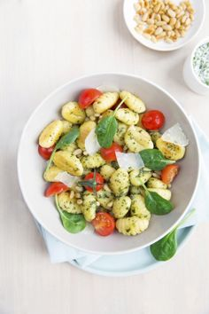 """recette facile, rapide et gourmande pour déguster un délicieux plat de gnocchis bio vegan sans gluten Bonneterre au pesto """"maison"""" et tomates cerises. Régalez-vous !"""