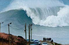 """... während an der Küste um Nazaré krachend die """"big waves"""" brechen. Praia do..."""