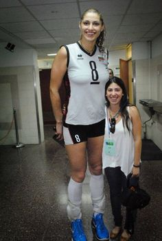 Tall girl poses for pic after match Tall Volleyball player 1 Giant People, Tall People, Short People, Tall Women, Sexy Women, Short Couples, Human Oddities, Volleyball Players, Tall Guys