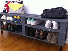 Shoe storage at a mini price or to do it yourself - orchidée blanche - - Rangement chaussu Pallet Furniture, Living Room Furniture, Home Furniture, Interior Design Living Room, Living Room Designs, Cheap Shoe Rack, Deco Cool, Pallet House, Pallet Ideas