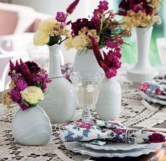 Aqui, a brincadeira é usar só vasos brancos para dar mais destaque às flores