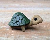 Turtle: Handmade miniature polymer clay animal figure Trending Craft Ideas Using Paper Mache, Air Dr Polymer Clay Kunst, Polymer Clay Fairy, Polymer Clay Figures, Polymer Clay Animals, Polymer Clay Charms, Polymer Clay Projects, Polymer Clay Creations, Polymer Clay Jewelry, Clay Crafts