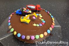 Die coolsten Geburtstagskuchen: Die Baustelle The construction cake I saw for the first time at the birthday party of the boy of a friend. Our boy could hardly get away from the cake and so I surprised him 9 months later with a Sma … Smarties Cake, Car Cakes For Boys, Truck Cakes, Torte Cake, Baking With Kids, Cool Birthday Cakes, Easy Cake Recipes, Food Cakes, Cake Cookies
