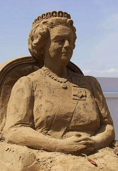 This Impressive Statue of Queen Elizabeth is All Sand #royalfamily trendhunter.com