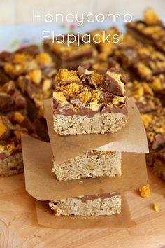 Honeycomb Flapjacks - A classic traybake, with a sweet chocolatey twist – Honeycomb Flapjacks! Yummy Treats, Delicious Desserts, Sweet Treats, Yummy Food, Tasty, Tray Bake Recipes, Brownie Recipes, Sweet Recipes, Real Food Recipes